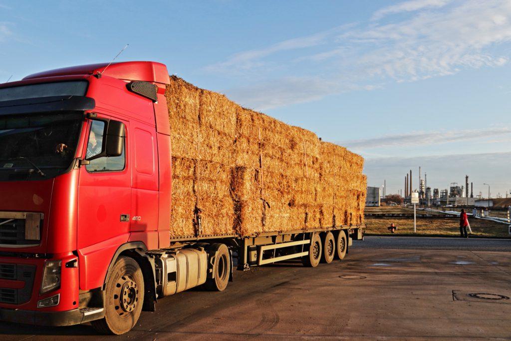Ein LkW aus Polen bringt Stroh für die Biokraftstoffproduktion in Schwedt.